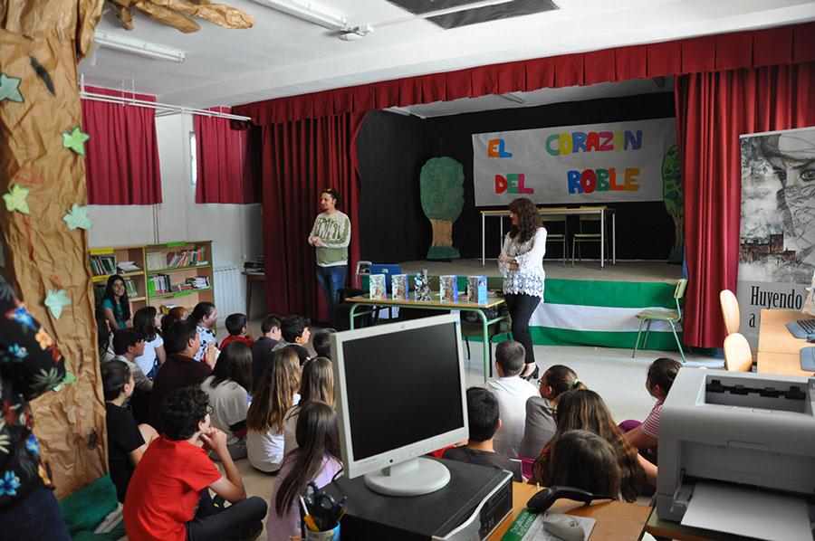 Victoria E. Muñoz Jiménez con los alumnos del CEIP San Vicente Mártir